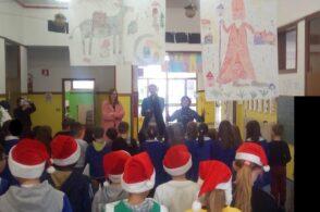 Assessori in versione Santa Klaus: doni ai bambini delle scuole