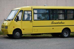 Scuolabus frena per evitare un'auto, contusi due bambini