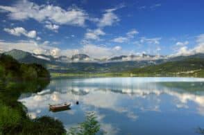 Una gondola nelle acque di Santa Croce: il lago diventa laguna