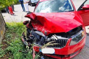 Gran botto a Fonzaso: due auto si scontrano all'incrocio