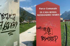 Parco comunale imbrattato da decine di scritte: «Siamo esasperati»