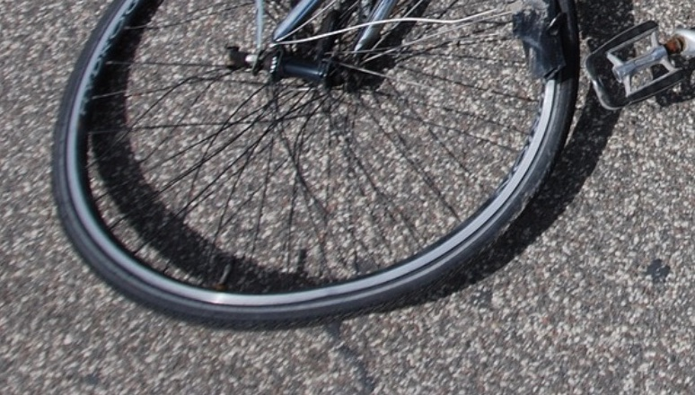 Auto contro ciclista, ferito un 74enne
