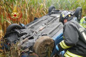 Auto si ribalta: intervengono i pompieri per estrarre la conducente