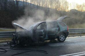 L'auto prende fuoco lungo la strada: alla guida un 85enne feltrino