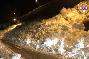 Valanga di neve invade la strada: nessuna persona coinvolta
