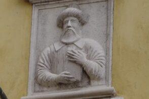 Arabista e bellunese: l'uomo col turbante scolpito sul palazzo del centro