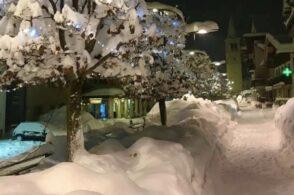 Oltre due metri di neve sulle Dolomiti: comincia la rimozione dai tetti