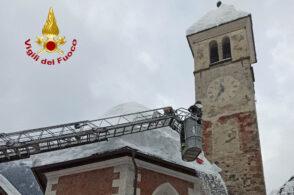La vecchia chiesetta non teme la neve. Grazie ai pompieri