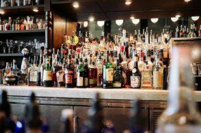 Bar aperto in zona rossa e assembramento al banco: sanzionato
