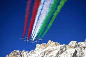 Il cielo di Cortina diventa tricolore: lo spettacolo delle Frecce