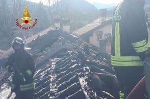 Brucia il tetto di un'abitazione, due famiglie fuori casa