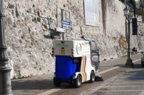 Una spazzatrice elettrica in campo per il decoro cittadino