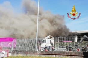 Incendio nell'azienda di riciclaggio: servono 25 pompieri per domare le fiamme