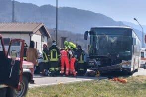 Manca la precedenza, centrato dall'autobus: 76enne finisce all'ospedale