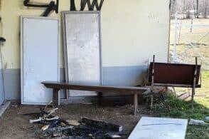 Distruzione al campo sportivo: i vandali danno fuoco a tavoli e panche