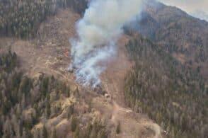 Incendio sugli schianti di Vaia: pompieri e Protezione civile al lavoro