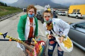 Nasi rossi, colori e risate: dottor Clown ai drive-in vaccinazioni