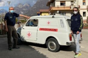 L'auto storica diventa medica: «La nostra Giardiniera trasporta vaccini e sorrisi»