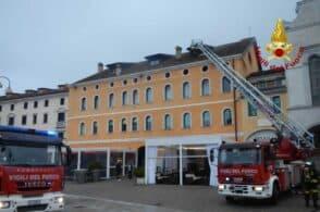 Mansarda in fiamme: pompieri al lavoro per tre ore