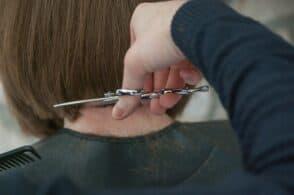 Messa in piega anche nei festivi: il Comune aiuta i parrucchieri a riprendersi dalla zona rossa