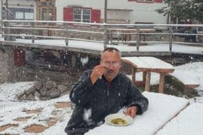 Budel mangia sotto la neve: «Caldo e soleggiato, si sta benissimo»