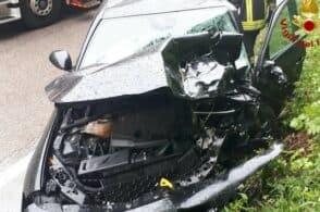 Scontro fra due auto: un uomo rimane incastrato al posto di guida