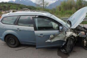 Auto esce di strada: distrutta la parte anteriore, ferita la passeggera