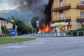 L'auto è ferma ma va a fuoco, apprensione vicino all'ospedale