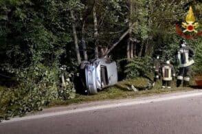 Auto finisce contro un palo del telefono: ferito il conducente