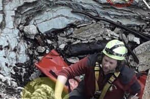 Cade in una forra e abbaia per cinque giorni: il cane Luna salvato dai vigili del fuoco